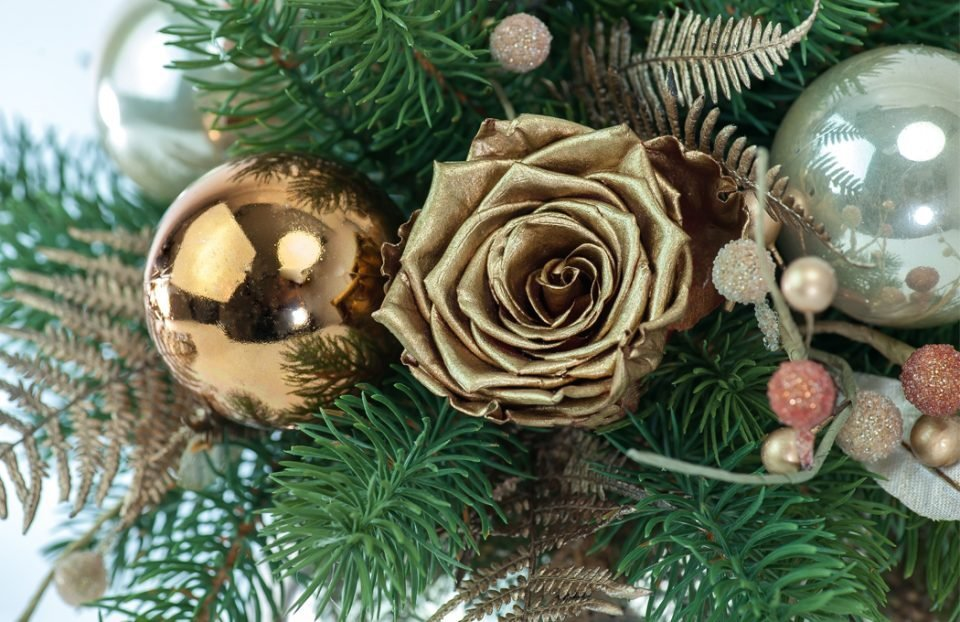 Christmas-centerpiece-in-gold-fishbowl